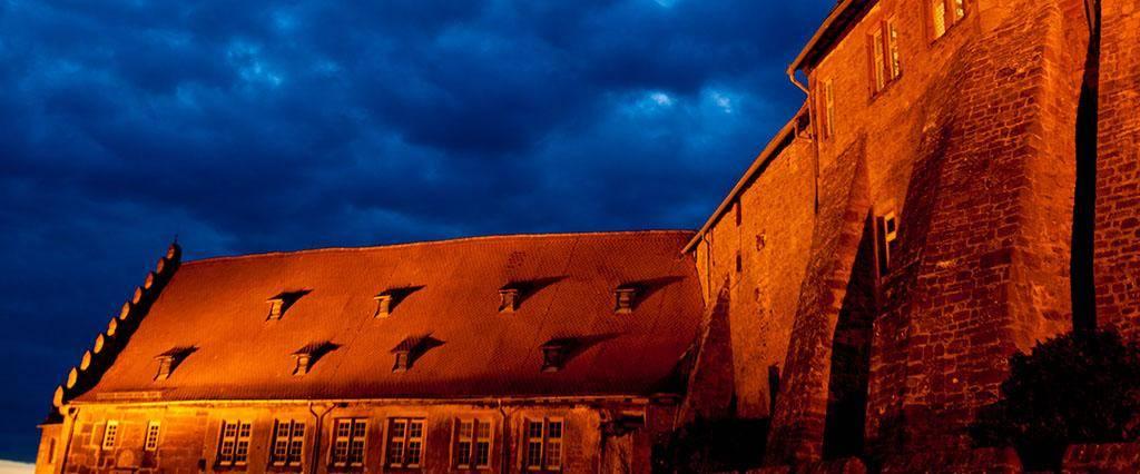Burg Breuberg bei Nacht, äußerer Hof