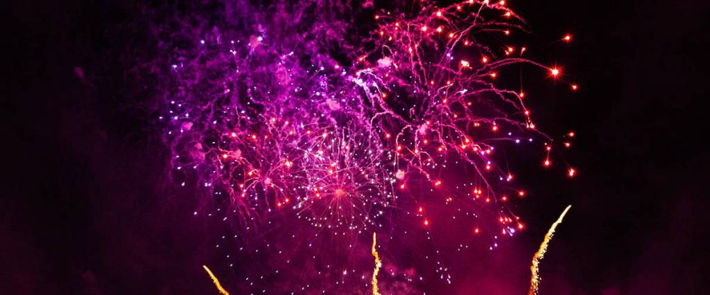 Feuerwerk rötlich